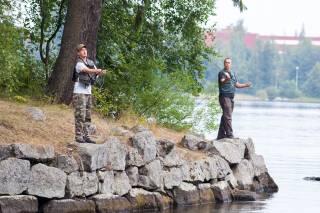 miehet kalastavat virveleillä