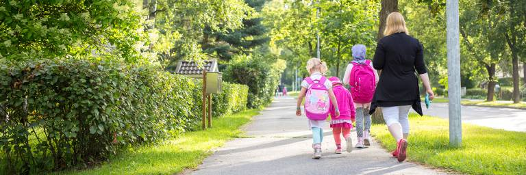 Lapset kävelevat kouluun