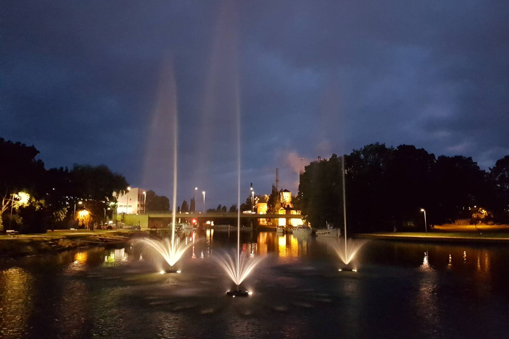 Valaistut suihkulähteen Valkeakosken keskustassa Kanavanrannassa