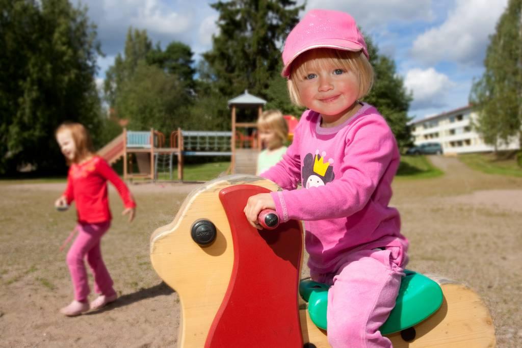 Lapsi leikkii puistossa