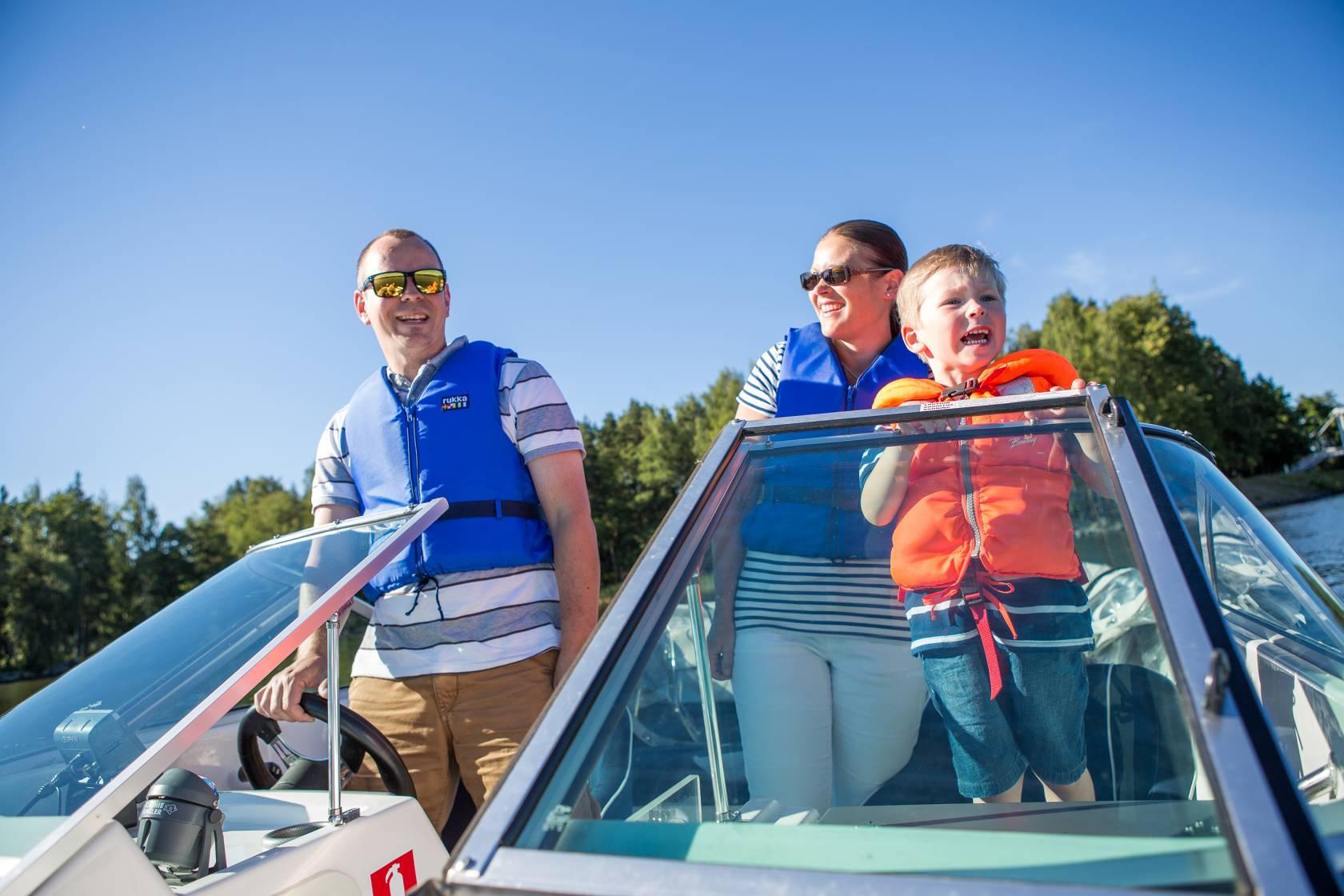 Perhe veneilemässä