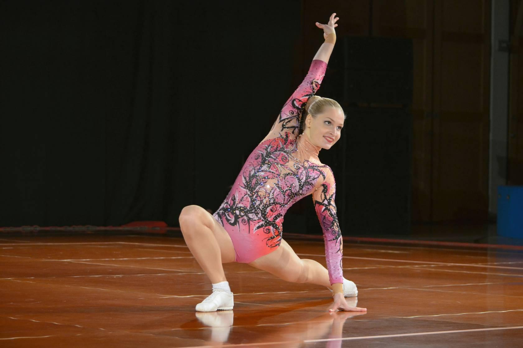 Nainen harrastaa aerobicia