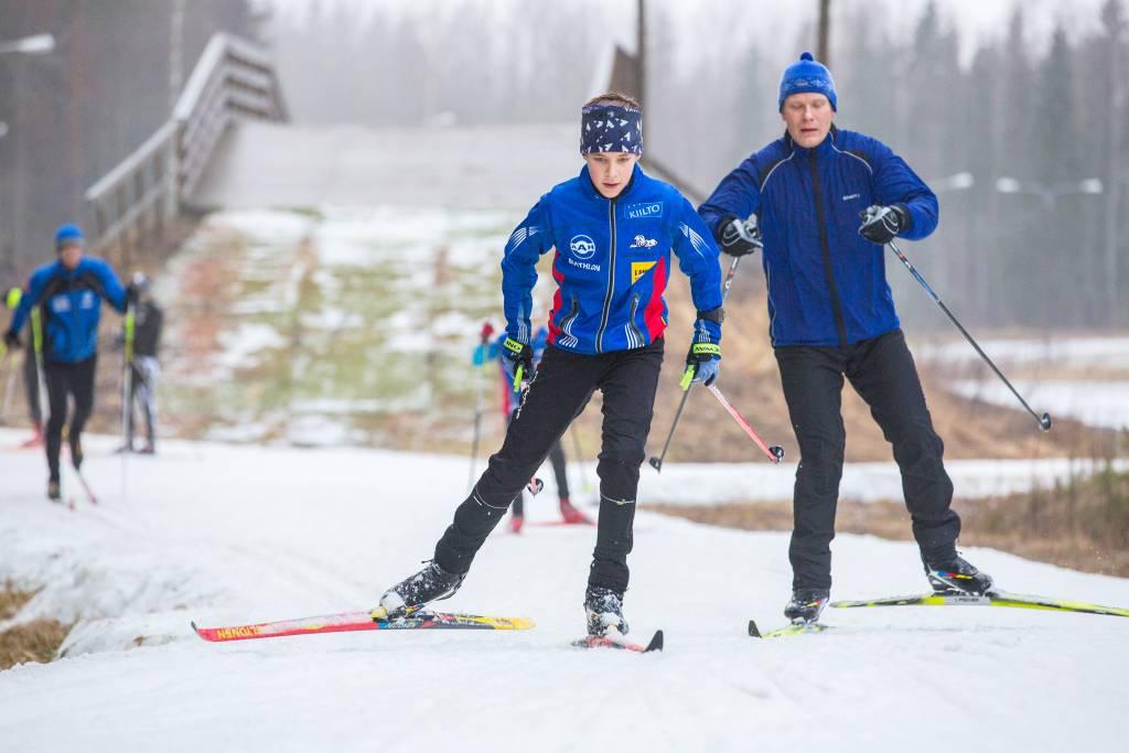 Hiihtäjät hiihtävät Korkeakankaalla.