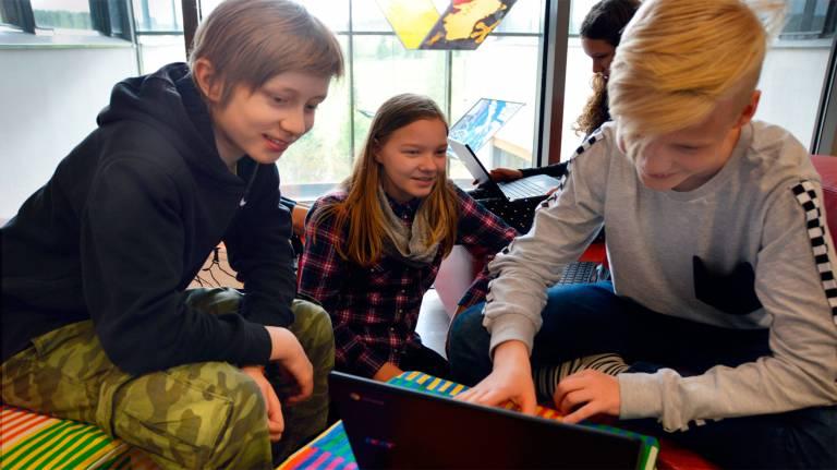 Roukon koulun 7. luokkalaiset testaavat uusia tietokoneitaan