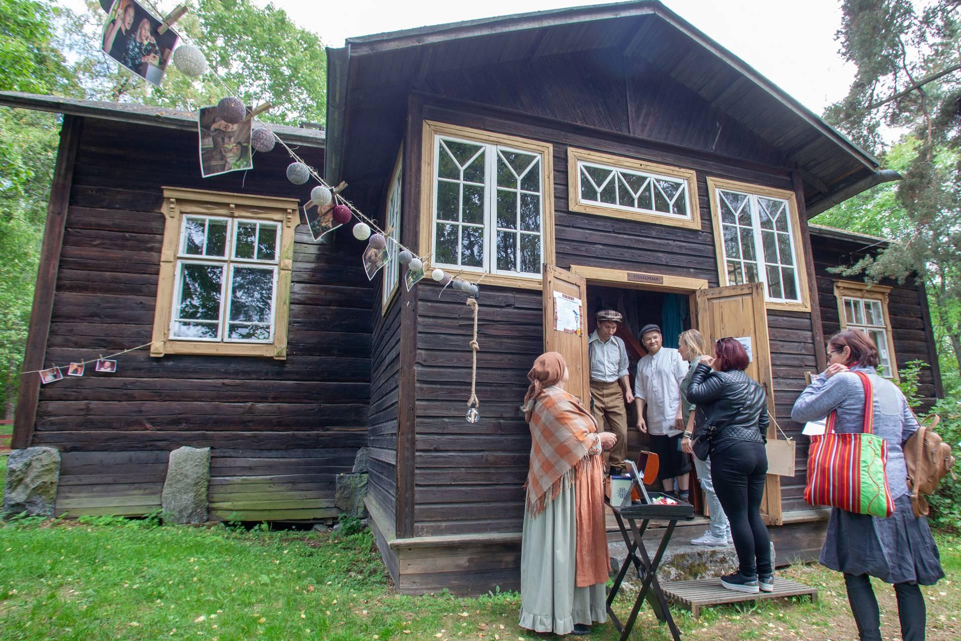 Teatteriesitys Kauppilanmäen museolla