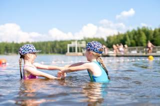 tytöt uimassa Apian uimarannalla