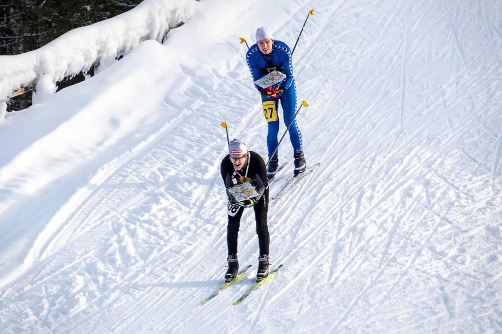 Miehet hiihtävät Korkeakankaalla.