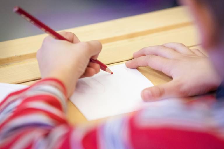 Lapsi piirtää pulpetilla