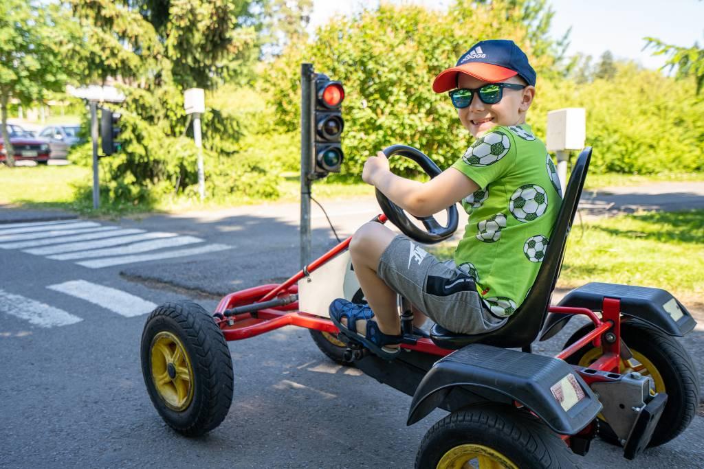 Poika ajaa polkuautoa liikennepuistossa