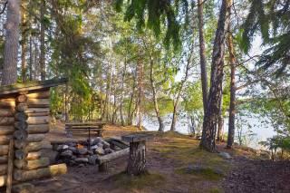 Laavu ja nuotiopaikka Valmarinniemen virkistysalueen Huhtasaaressa