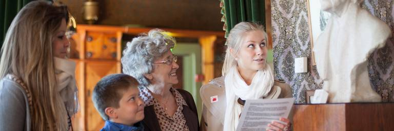 Ihmisiä Visavuoren Ateljeessa katsomassa teoksia