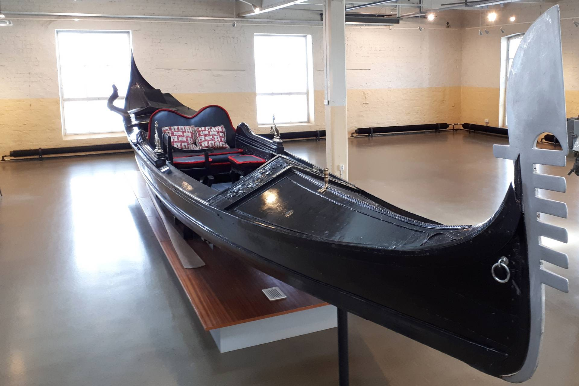 Aito venetsialainen gondoli Myllysaaren museossa