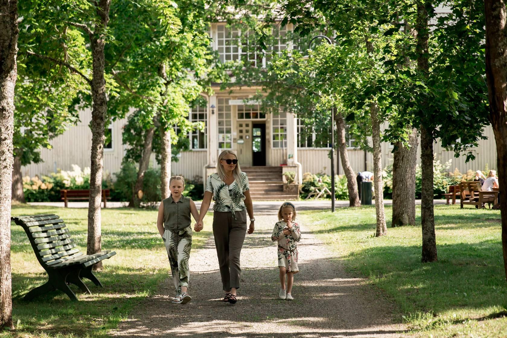 Perhe kävelee Voipaalan kartanon edustalla