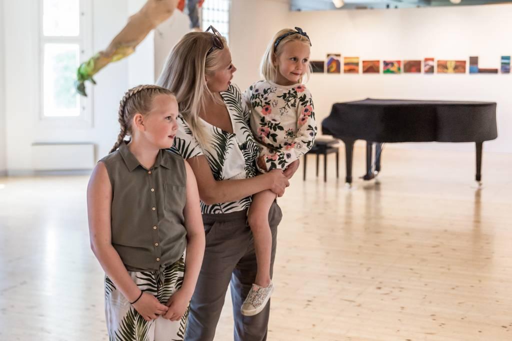 Perhe katselee taidetta Voipaalan taidekeskuksessa