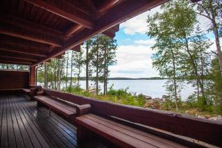 Näkymä järvelle Valmarinniemen saunarakennuksen terassilta