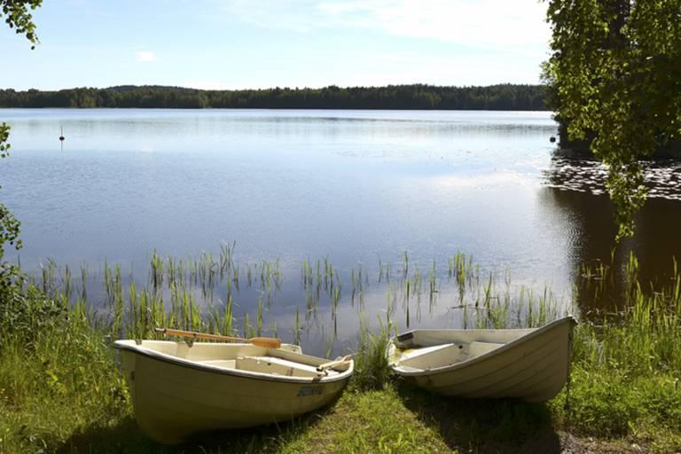 Kaksi soutuvenettä Pappilanniemen rannassa