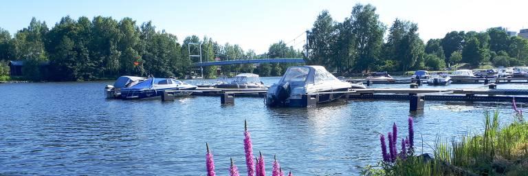 Kaupunkimaisema Mallasveden rannalta ja venelaituri