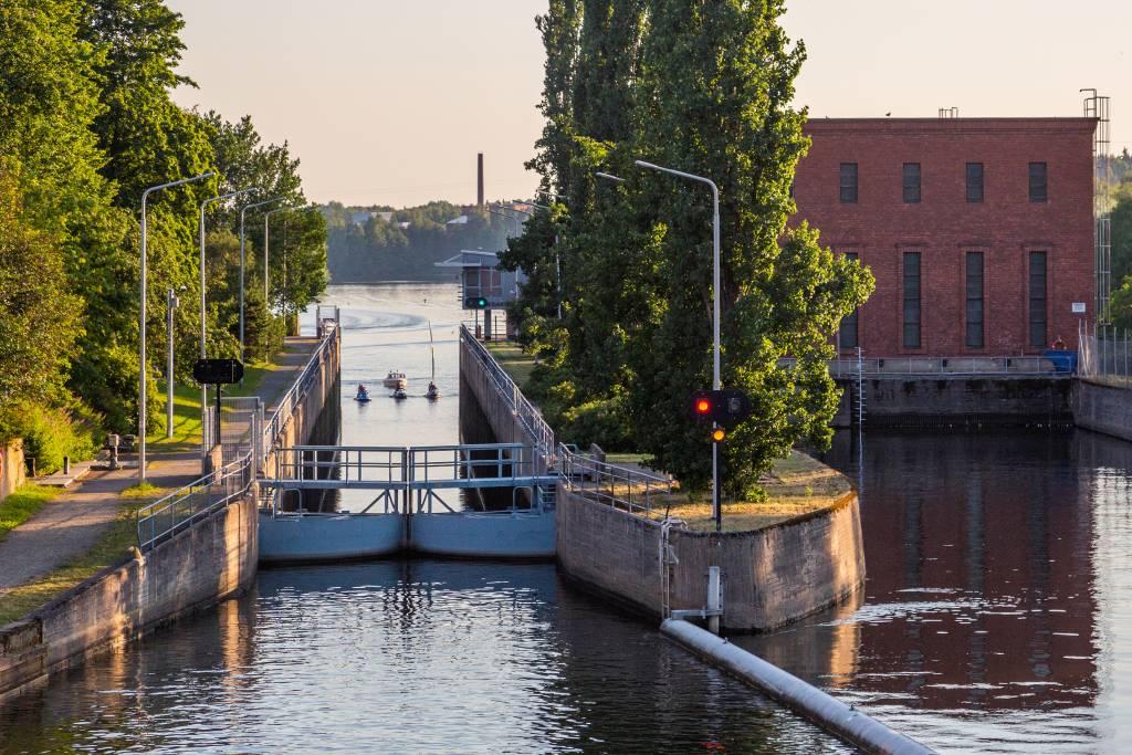 Valkeakosken kanavaan tulossa vene ja vesiskoottereita