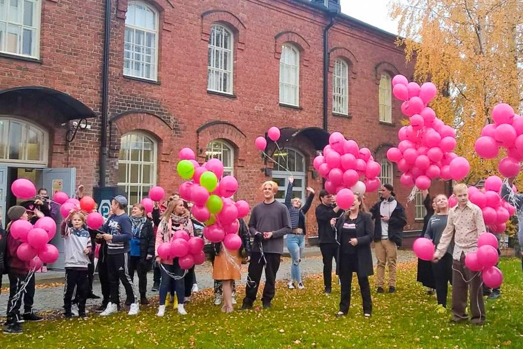 Nuoret seisovat ilmapallojen kanssa Nuorisokeskus Pultin edessä