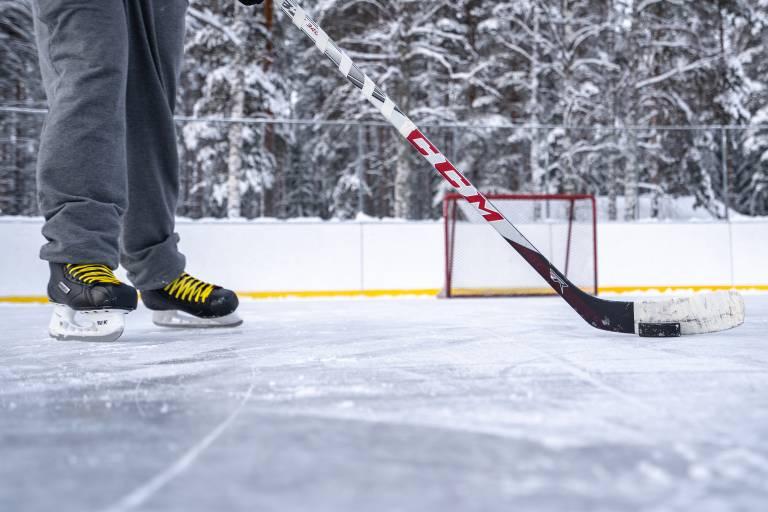 Poika pelaa jääkiekkoa ulkojäällä Valkeakoskella.