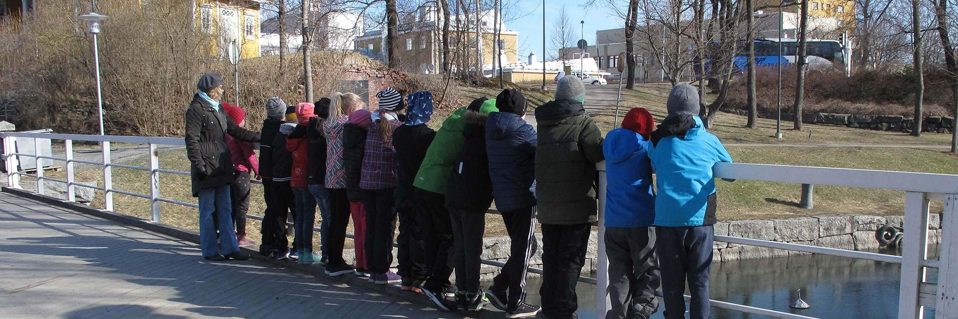 Koululaisia Myllysaaren museon sillalla