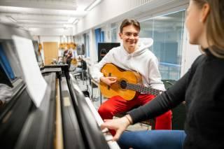 Oppilaiden yhteinen musiikkihetki Tietotien lukion musiikkiluokassa.