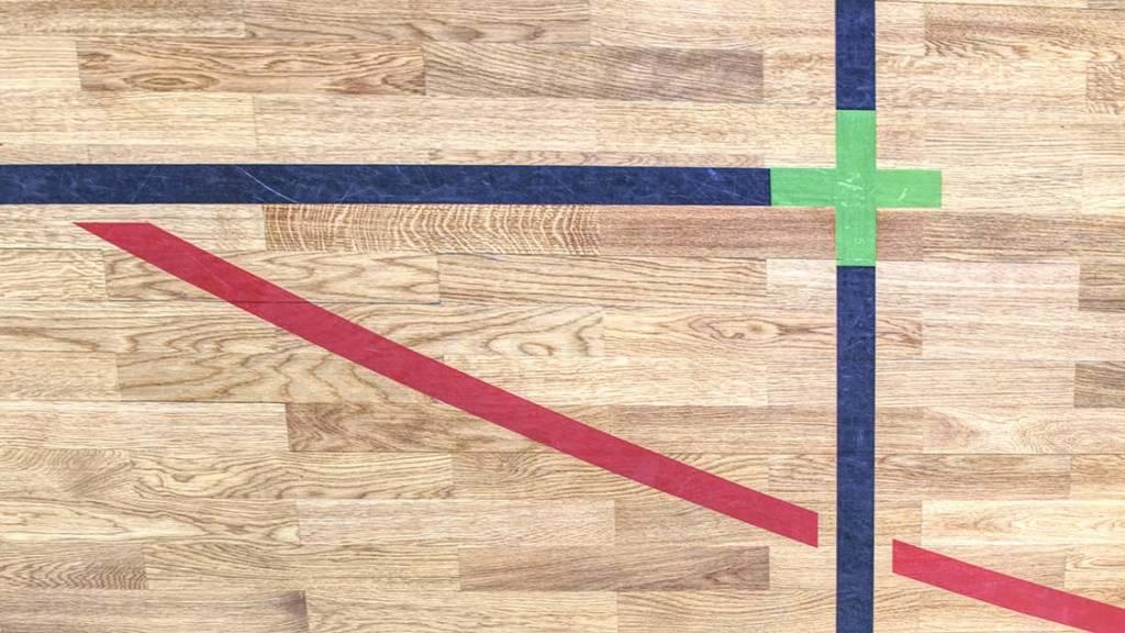 Sisäurheilukentän lattiamerkintäviivojen kuvia.