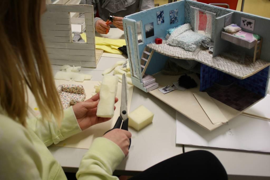Oppilas rakentelee pienoismallia