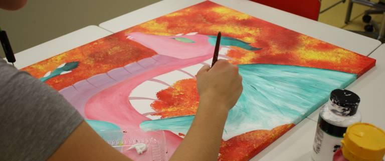 oppilas maalaa akryyliväreillä