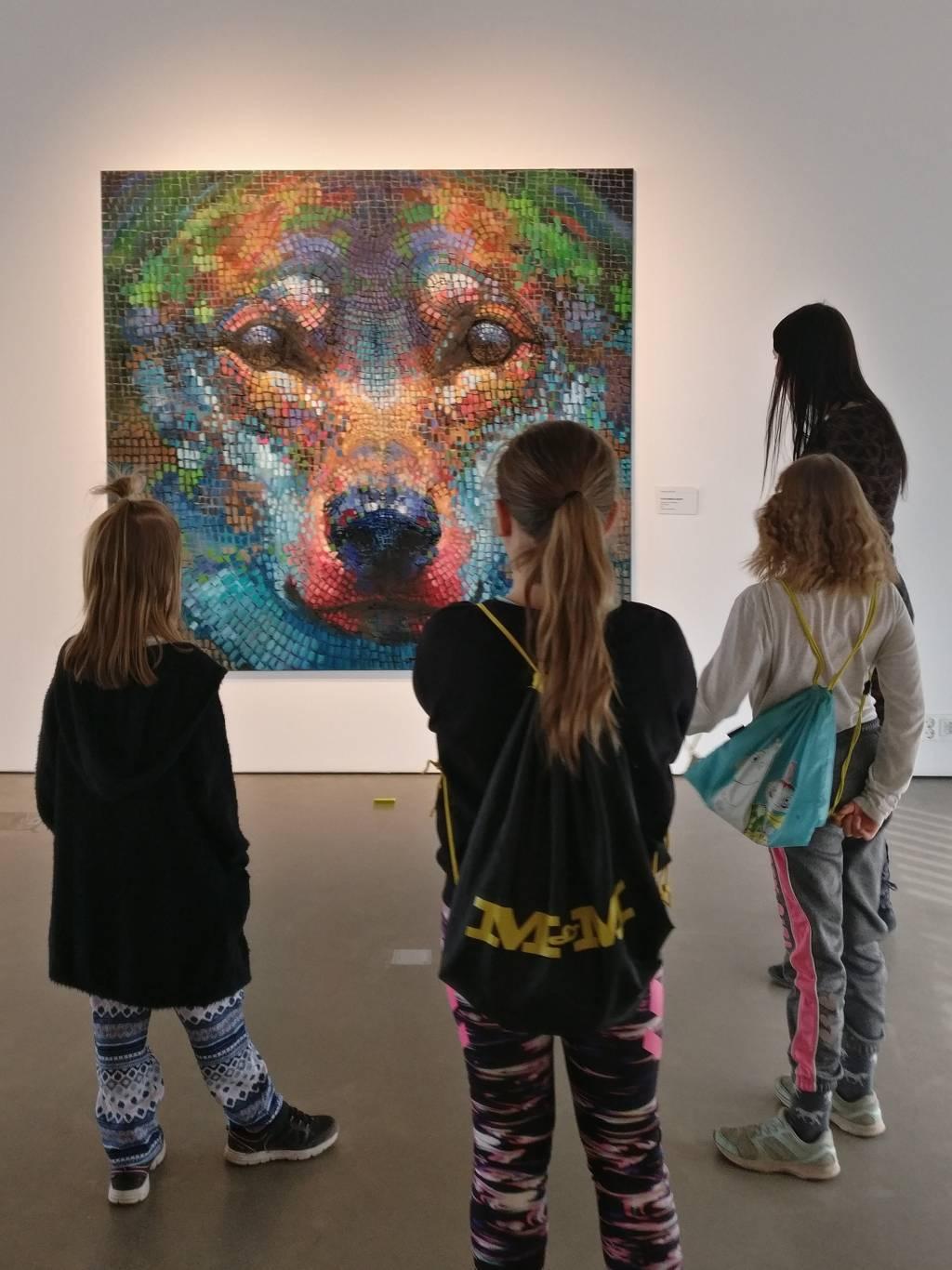 Emilin oppilaita näyttelyvierailulla