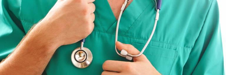 Lääkäri stetoskoopin kanssa