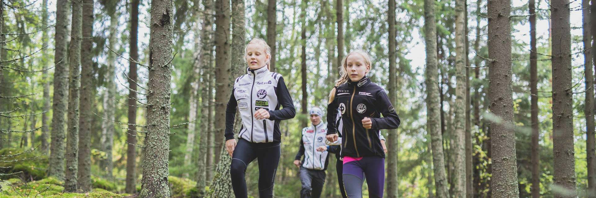 Suunnistajia juoksemassa Korkeakankaan metsässä.