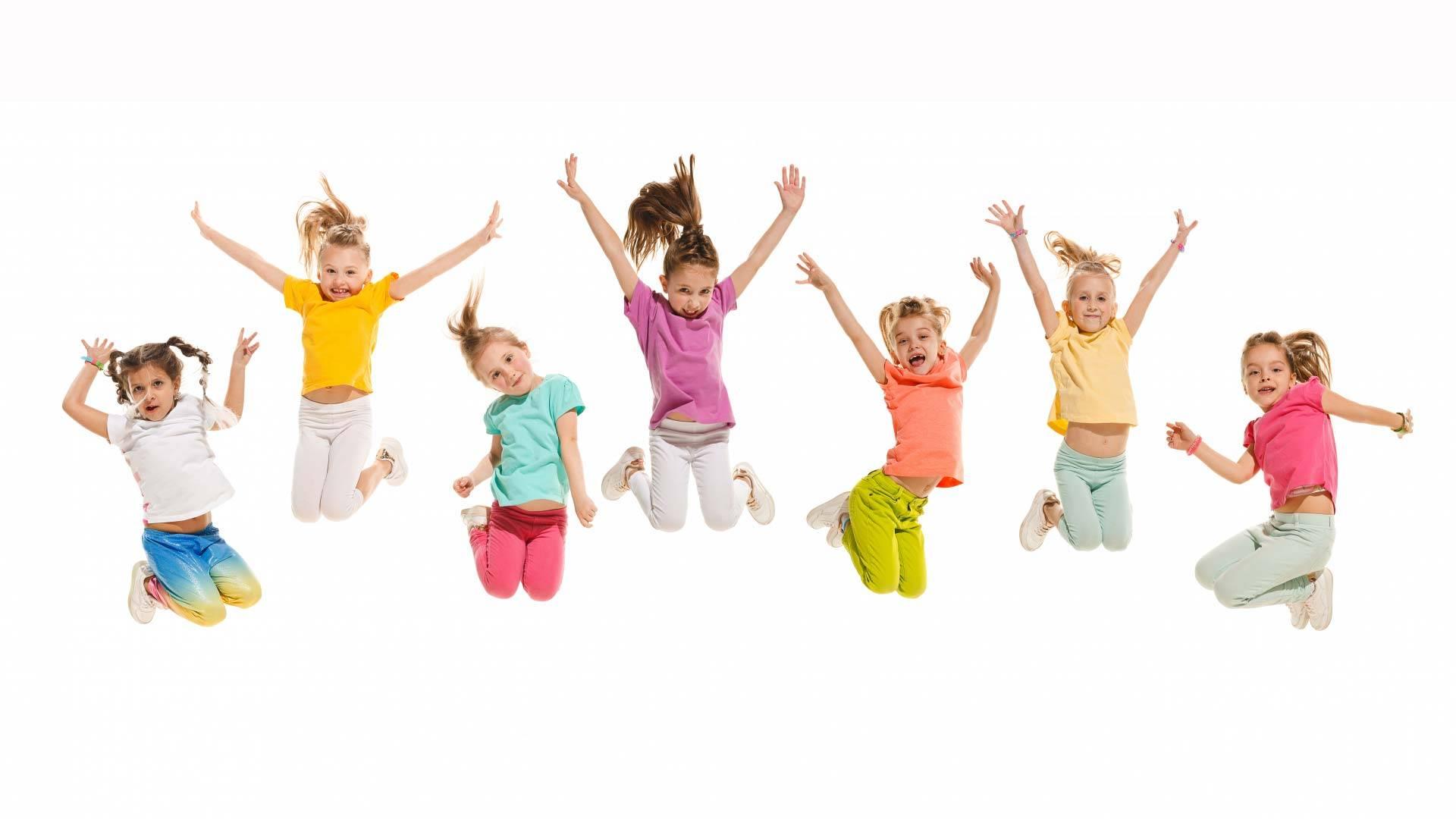 Joukko lapsia hyppää yhtäaikaa ilmaan.