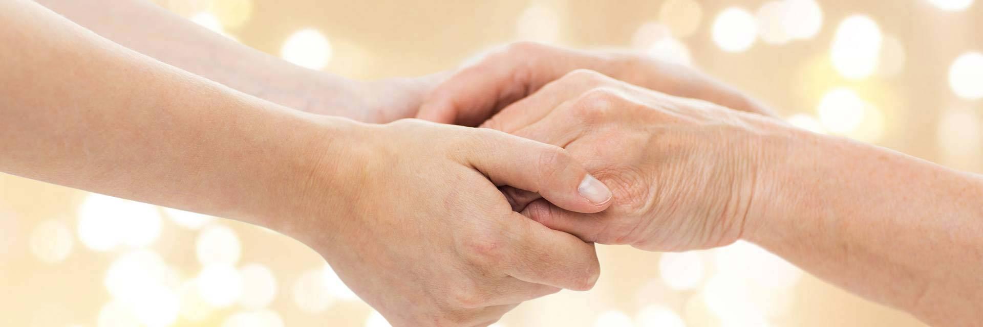 vahus januorenpi henkilö pitää toisiaan kädestä kiinni