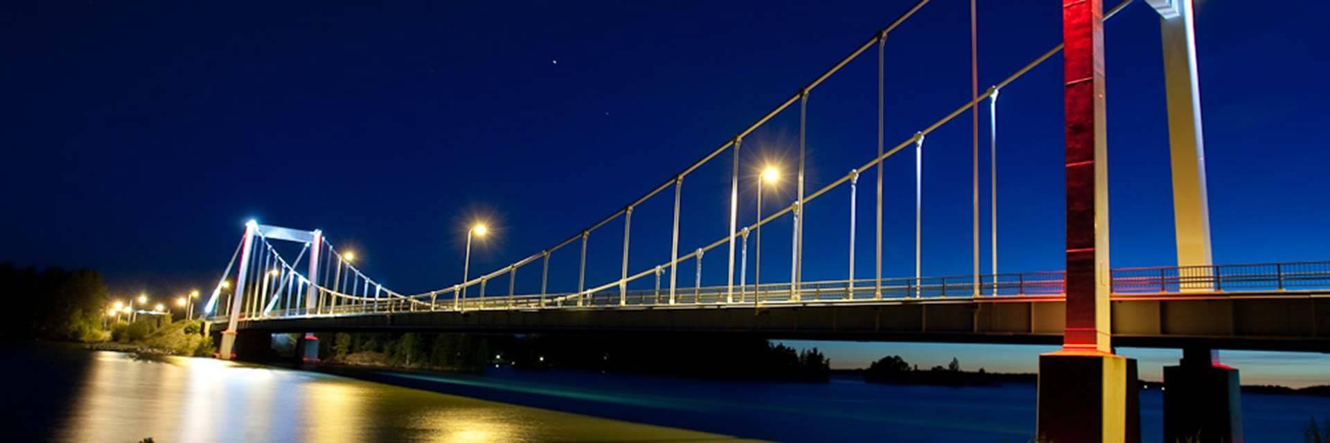 Sääksmäen silta iltavalaistuksessa