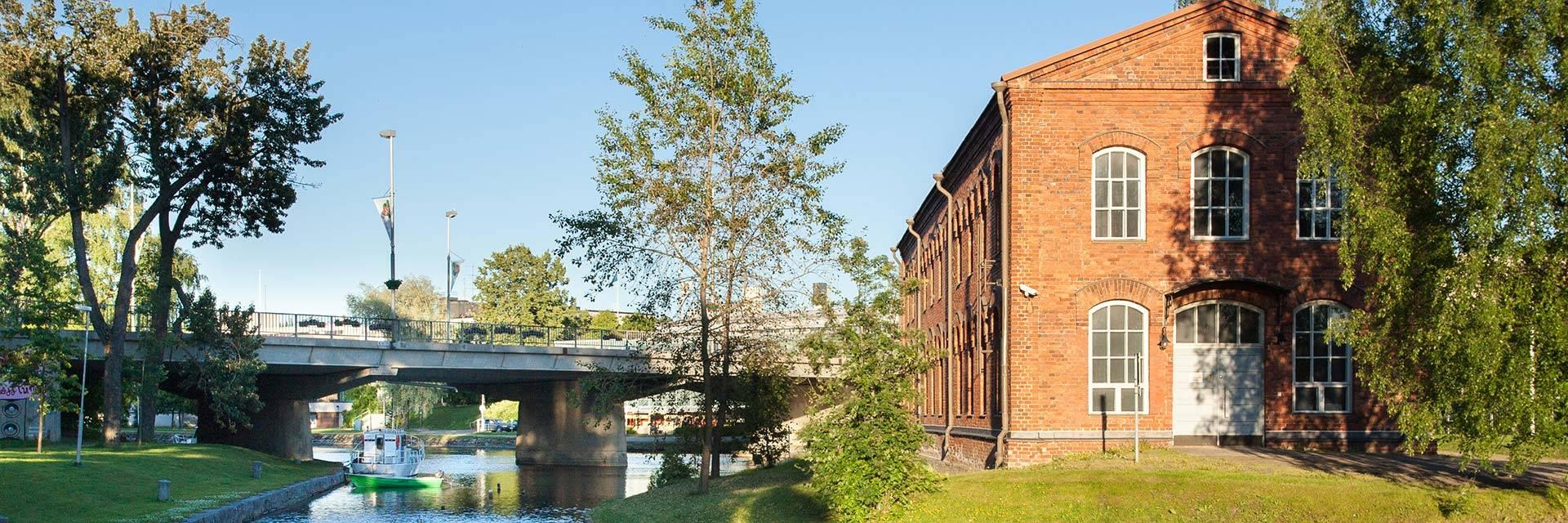 Myllysaaren museo ja kanava aurinkoisena kesäiltana