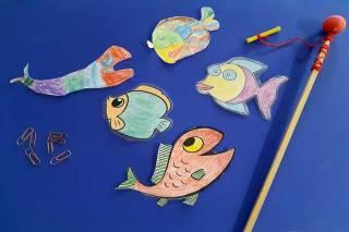 Paperista leikattuja ja väritettyjä kaloja ongintaleikkiä varten.
