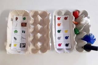 Kananmunakoteloista askarrellut bingopelialustat.