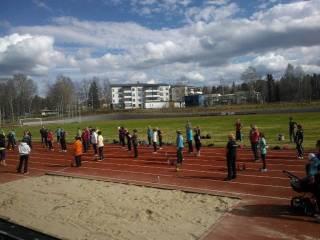 Jumppaajia Apian urheilukentällä.
