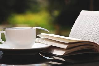 Teekuppi ja kirjoja.