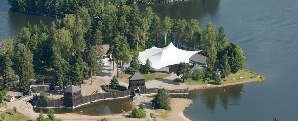 Valkeakosken kesäteatteri Apianniemen järven rannalla.