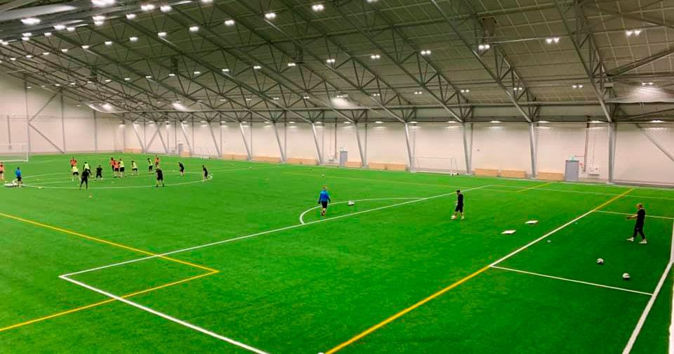 FC Hakan edustusjoukkue harjoittee palloiluhallissa.