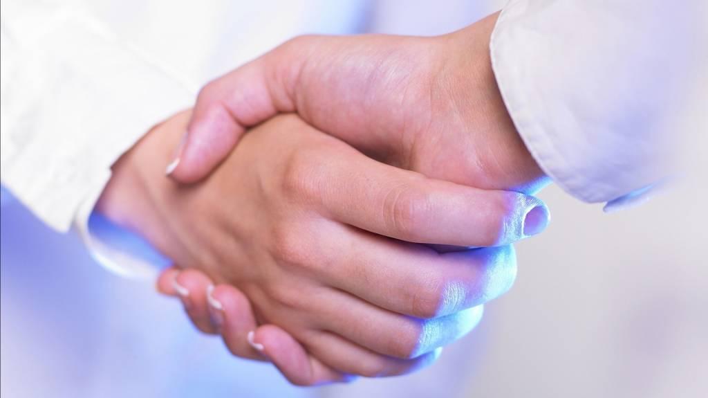 Kädet kättelevät.