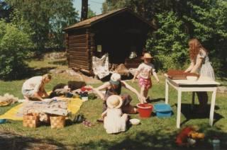 Lapsia ja aikuisia Kauppilanmäen museon pihalla.