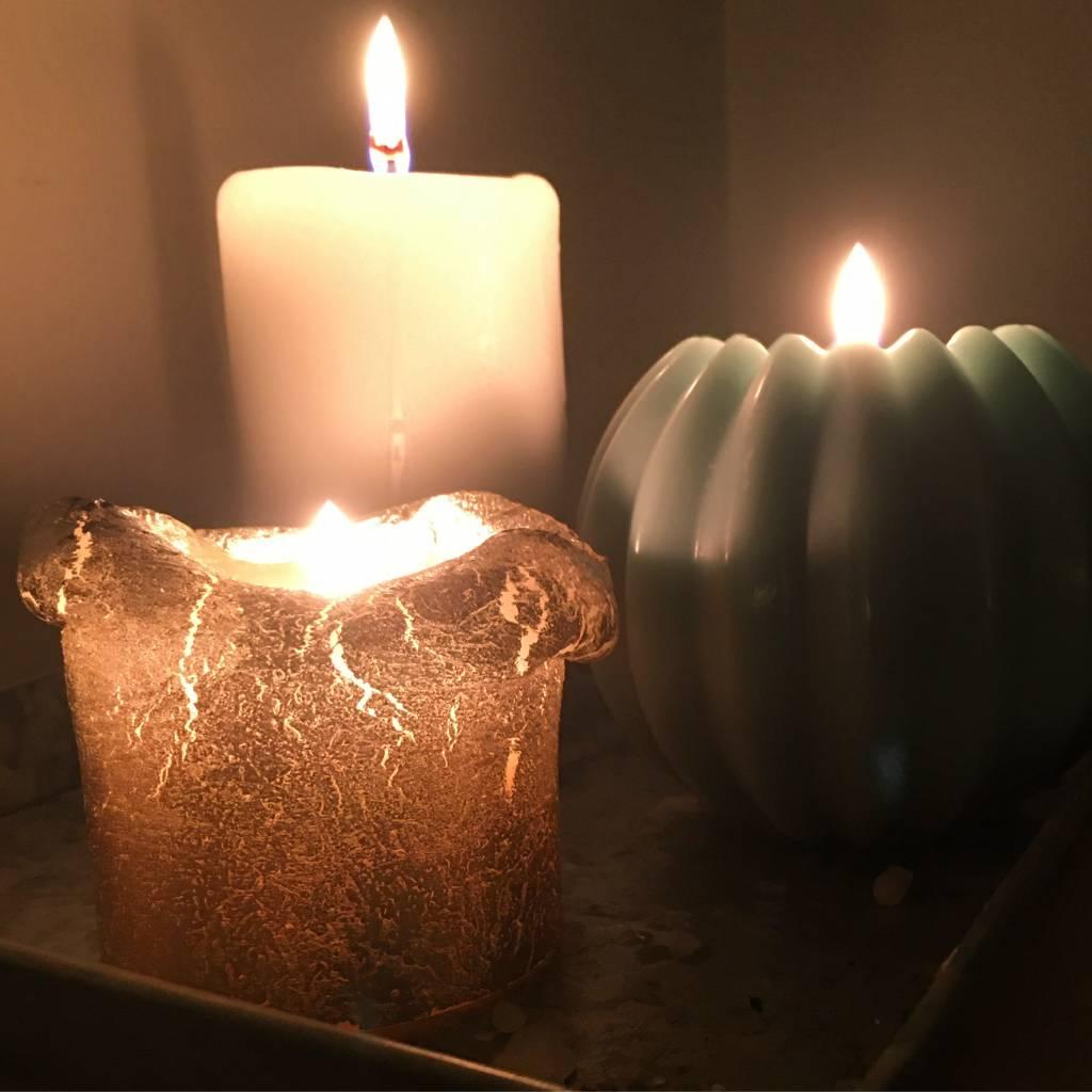 Kolme sytytettyä kynttilää.
