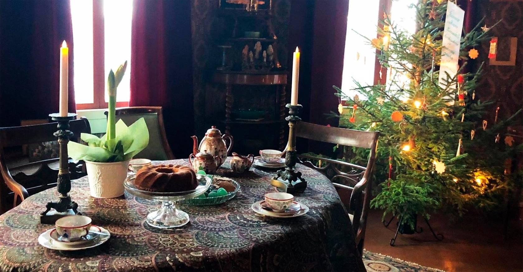 Visavuoren museon joulutunnelmaa - katettu joulupöytä ja kuusi.