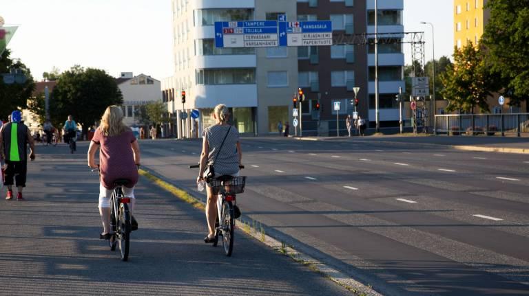 Pyöräilöjöitä kesäpäivänä Valkeakosken keskustassa.