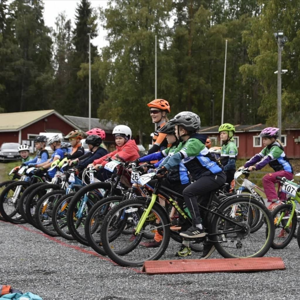 Lapsia maastopyörien selässä.