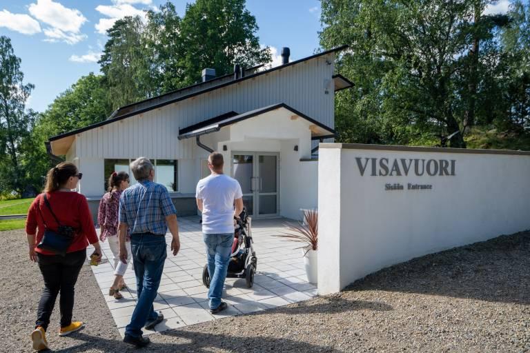Asiakkaita Visavuoren museo sisäänkäynnin edustalla