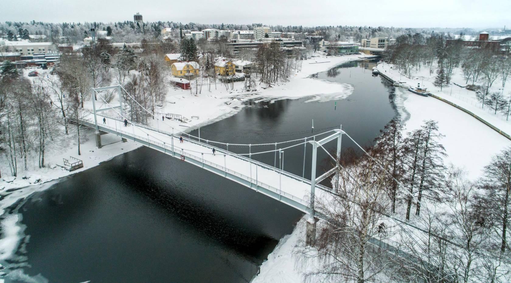 Talvinen maisema keskustan läpi virtaavasta kanavasta.